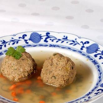 Typisch bayerische Leberknödelsuppe bavarian liver dumpling soup - find german recipes in English @ www.mybestgermanrecipes.com