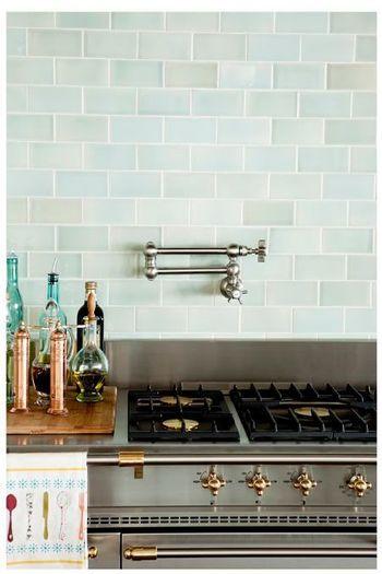 淡いブルーのタイルと、ガス台にもこだわった、素敵なキッチン。 家族が笑顔で集まってきそう! 調味料も、おしゃれな瓶にいれてみて。
