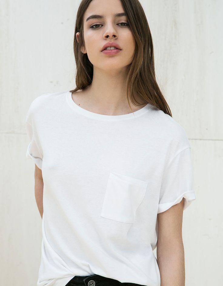 Maglietta maschile roll up con tasca. Scopri questo e molti altri capi su bershka.com con nuovi prodotti ogni settimana