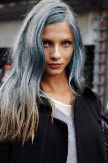 Azzurro serenity sulla chioma con punte castane - Chioma lunga e mossa Azzurro Serenity con punte castane per i capelli del 2016.