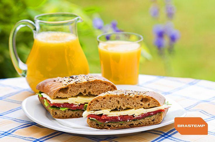 Os dias de verão são uma delícia, mas para que eles já comecem com tudo, nada como acordar e comer um sanduíche natural acompanhado de um suco de laranja fresquinho. Bom café da manhã e bom dia!