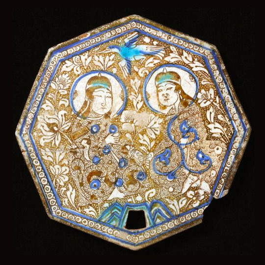 Fritware tile painted in blue and in luster over an opaque, white glaze Iran, Kashan; 13th century Diam: 22.5 cm 71 notas. Virtual Artifacts