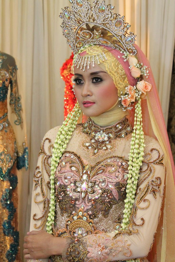 Raddin Wedding Rias Pengantin Surabaya memiliki banyak koleksi kebaya / busana untuk pengantin muslim baik modern atau tradisional, melayani sewa dan bikin baru. konsep Rias pengantin Tradisional, rias Pengantin Muslim dan rias pengantin Modern.  Gallery Raddin Wedding di Jl. Raya Ir. Soekarno J-50 (MERR Pandugo) atau info lebih lanjut kunjungi website http://www.raddinwedding.com atau HP. 0813-5786-7170, 0877-0115-7774, Pin 5214C541