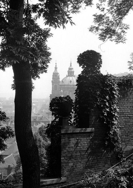 Pohled přes zídku (1252-2) • Praha, 1961 • | černobílá fotografie, z jižních zahrad pražského hradu, chrám sv.Mikuláše, zídka |•|black and white photograph, Prague|