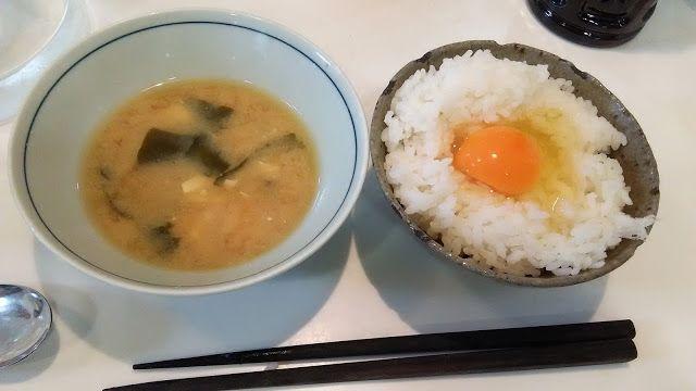 不味そう飯: 卵かけ御飯と味噌汁の残り。この味噌汁がひどいもので鰹節だしがなかったのでコンソメを入れた。あんがい平...