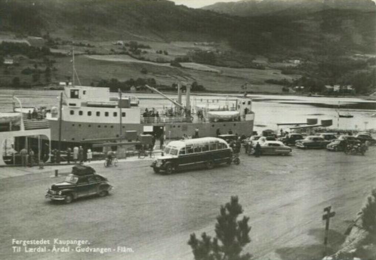 """Sogn og Fjordane fylke Kaupanger. Fergestedet. Til Lærdal-Årdal-Gudvangen-Flåm """"MF Gudvangen"""" biler/buss. 1950-tallet"""