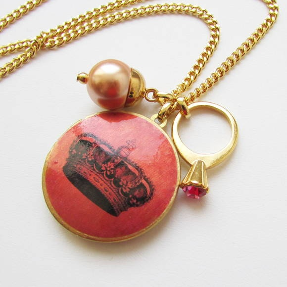 Adoro bijuterias românticas... ai gente! Ficam muito lindas com blusinhas de renda, ou um babadinho... até mesmo com uma blusinha básica... Sem falar que são suuuuuuper femininas.  Esse colar dourado aqui é simplesmente uma graça, muito delicado. A corrente (70cm de comprimento) de elos grumet carrega três pingentes: - 1 linda pérola de vidro na cor rosa claro antigo (1,2cm de diâmetro); - 1 relicário redondo (3cm de diâmetro) em latão maciço rústico com acabamento escovado e aplicação…