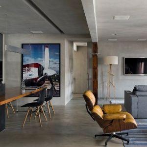 Olha como somos chiques: nossa Lounge Chair, dos Eames, ilustrando matéria sobre reforma de um apartamento dos anos 80, que agora tem cara de loft