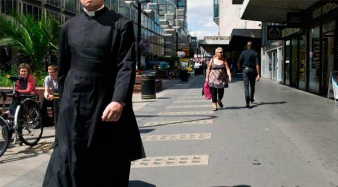 """""""O que aconteceu quando me vesti como sacerdote: Uma investigação sobre o poder do uniforme"""" é o título de uma reportagem realizada como um experimento social de Tom Chiarella, que se disfarçou de sacerdote para ver e experimentar a reação das pessoas nas ruas de Chicago (Estados Unidos)."""