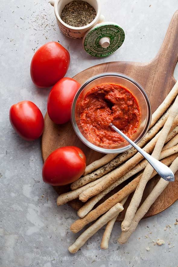 Icónicos de la comida italiana: palitos de pan y tomatada.