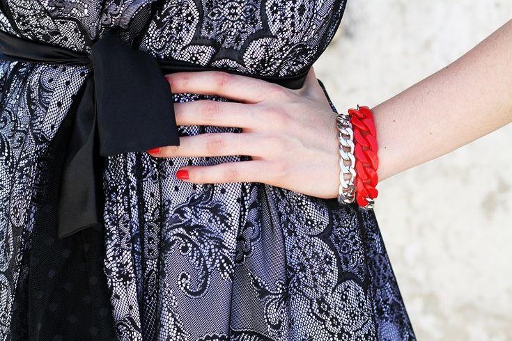 Gemstudio's PLA.STIC. bracelet    braccialetto catena | bracciale catena | braccialetto rosso | braccialetto lowcost | smalto dior | dettaglio outfit