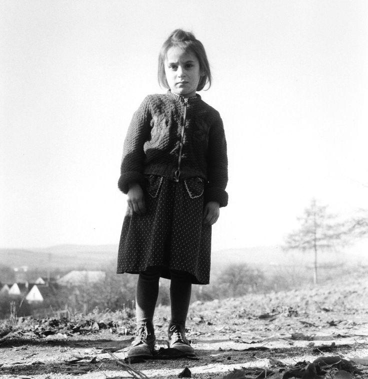 Ata Kandó 1956 Ata Kandó hosszas keresgélés után a holland Violette Cornelius-szal együtt a forradalom leverésének hírére elindult Hollandiából. A határmenti kisvárosokban, valamint Bécs környékén riportfotókat készítettek a magyar menekültekről, elsősorban a gyermekekről. Már karácsonyra kiadták a képekből készült fotóalbumot, s az ebből származó teljes bevételt felajánlották a magyar menekült gyermekek megsegítésére.