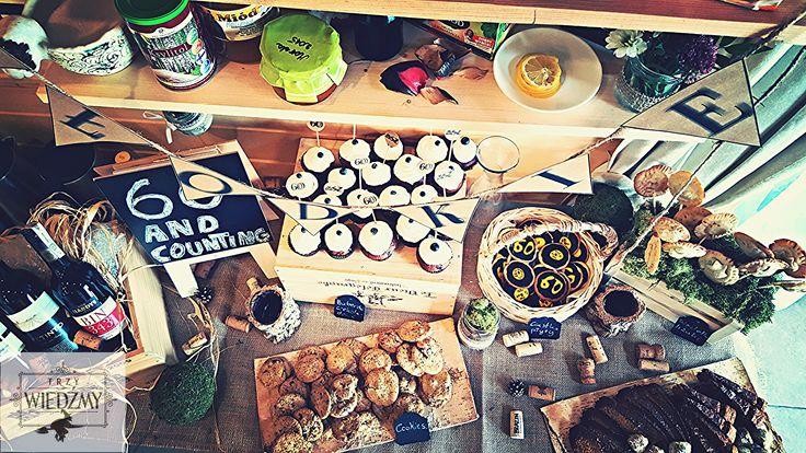 Bufet słodki - babeczki czekoladowe, szarlotki na patyczkach, cookies, ciasteczka płyty winylowe, ucierane ciasta w 3 smakach.. Dekoracja stworzona z skrzynek i korków do wina, zielonego mchu, kulek, słoików z ekologiczną wstążką oraz kredowych tablic. / Rustic, fall, natural, wood, woodland, eco, birthday, man, party, 60, decorations, ideas, sweet, food, cupckakes, mini pies, pops, vinyl records ideas, cookies, blackboards, mason jar, wine box, moss.
