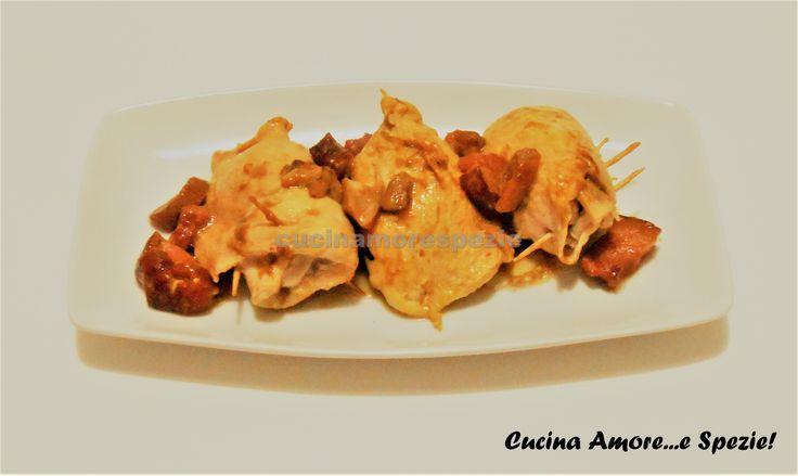 Gli involtini di pollo speck e funghi sono un secondo piatto alternativo ai classici involtini di carne rossa. Sono davvero molto semplici da preparare...
