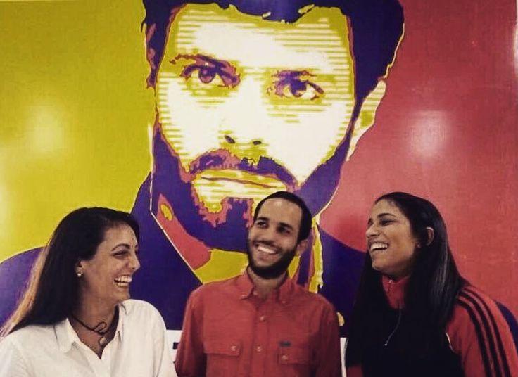 Un día como hoy pero en 1960 fueron asesinadas las hermanas Patria Minerva y María Teresa Mirabal por orden del dictador Rafael Leónidas Trujillo. El delito que habían cometido? Pensar distinto. Oponerse a la dictadura. Por eso las mataron. . Las mujeres que me acompañan en esta foto comparten con las Mirabal la fortaleza la valentía y el ahínco con el que defienden a su país y a la democracia. Por eso en el Día Internacional de la No Violencia contra la mujer quiero honrarlas por seguir en…