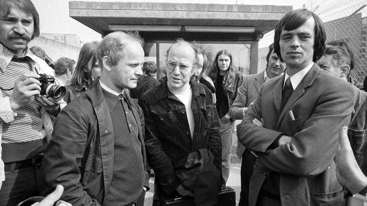 Kurt Grönewold, Klaus Croissant und Hans-Christian Stroebele am 05.06.1975 vor dem Gerichtsgebäude in Stuttgart-Stammheim. Das Gericht hatte entschieden, dass die Anwälte nicht als Verteidiger von Andreas Baader, Gudrun Ensslin und Ulrike Meinhof zugelassen werden