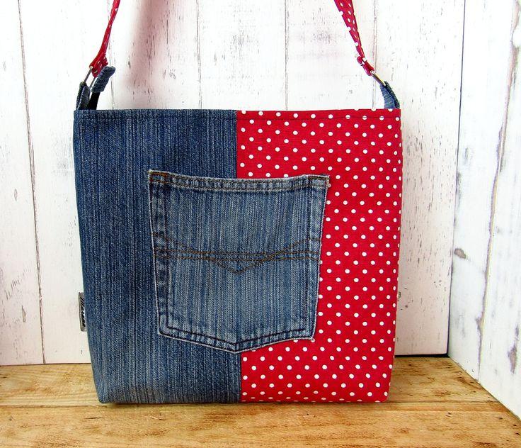 Ez a táska pöttyös vászon anyag és farmer felhasználásával készült. Belül 3 zseb