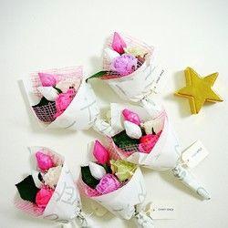 淡く光るコロンとしたバルーンに、クリスタル&POPな包みのお菓子がつまったキャンディーブーケウエディング・誕生日・記念日・バレンタインホワイトデー・お礼などなど、さまざまなシーンで喜ばれています☆※カラーは、ピンク・パープル・ブルーの3色【商品内容】サイズ: 40×18棒付キャンディー×1ラムネ×3金平糖×3賞味期限: 半年以上★離島でご利用になる場合★膨らませたバルーンは空輸不可ですので、現地にてごバルーンを簡単に後付けできるような対応もしております。お気軽にご相談くださいませ。■バルーンについて■バルーンの飾られている場所の環境によって異なりますが、目安として2ヶ月前後お楽しみいただけます。※外気温によってバルーンサイズが変動する場合がございます。※屋外ですと壊れやすくなりますので注意が必要です。★★クーポン発行中★★------------------------------------------------6500円以上ご購入頂いたお客様に、感謝の気持ちを込めて次回のお買い物にご利用頂ける10%OFFクーポンを発行中※「受取り完了通知」ボタンでご連絡をお願いしま...