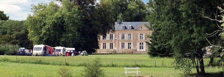Sillé-le-Philippe (Sarthe/ Le Mans)-Kasteel camping met grote speelweide- Rondom het chateau vertier voor jong en oud- cafetje, loungeztjes, etc. Sfeervol, niet te klein, niet te groot, met verwarmd zwembad -kamperen en verplbijf in kasteel & gites mogelijk-Camping Le Château De Chanteloup Castel