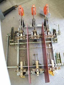 Desconectador  tripolar operación en grupo con carga clase 15 kv  630 amp ,Tipo dual y cuchilla  con puesta  a tierra integrada marca Driescher       MODELO  LDTP 30 / 0 6 8  C K N T E