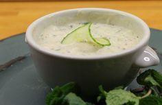 Gurkenraita aus Joghurt und Gurken eignet sich gut, um geschmacksintensive Speisen zu neutralisieren.