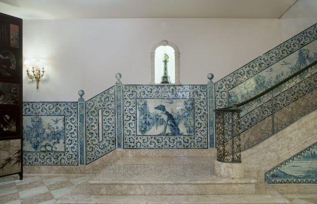 Lisboa | Casa-Museu / House-Museum Medeiros e Almeida | escadaria / staircase [© Inês Aguiar] #Azulejo #CasaMuseuMedeirosEAlmeida #AzulEBranco #BlueAndWhite #Barroco #Baroque