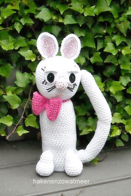 Haakpatroon: witte kat.     Benodigdheden: Wit , roze en donker roze katoen.   Haaknaald 3.50   Klein stukje zwart vilt.   Vulmiddel.   T...
