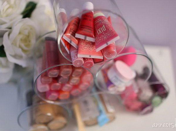 Recyclage de pots à bougie pour le rangement du maquillage  http://www.homelisty.com/rangement-maquillage/