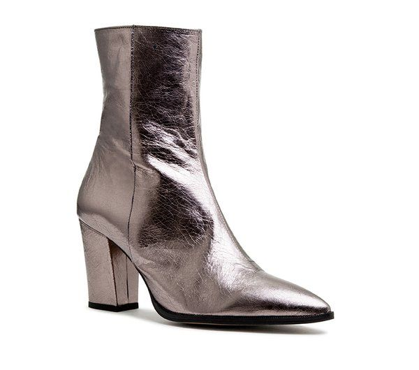 Shop online with New Zealand's leading retailer of premium women's footwear. Prioritising both trends and quality leather, Mi Piaci offers a designed and curated range of fashionable boots, heels, shoes and handbags from Italy, Spain and beyond.