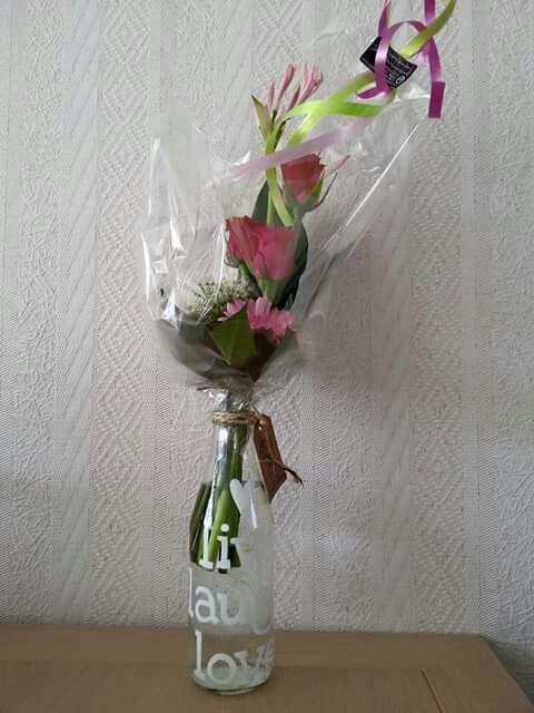 Live, laugh, love met bloemen. Facebook: Being creative
