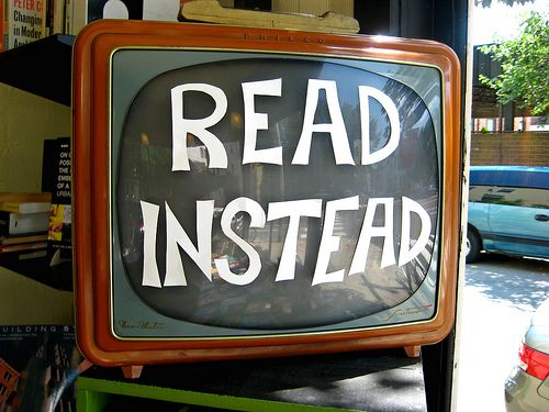 OOOOOh! If they won't take my ancient tv out of my room...I'm so doing this!: Reading Book, Funny Commercial, Vintage Tv, Libraries Display, Reading A Book, Tvs, Classroom Libraries, Good Advice, Kid