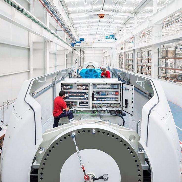 Puede parecer que los ingenieros de ACCIONA Windpower en Barásoain (Navarra, España) estén construyendo una nave espacial, pero la estructura sobre la que trabajan es más terrenal: se trata del armario del sistema de control del aerogenerador, el cerebro que lo controla.