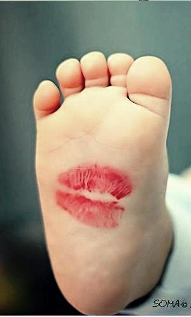 pied de bébé avec bisou de maman