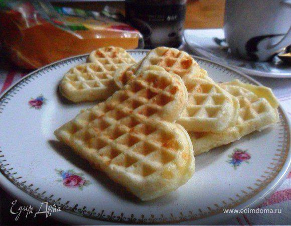 Сметанные вафли с сыром. Ингредиенты: яйца куриные, сметана, растительное масло