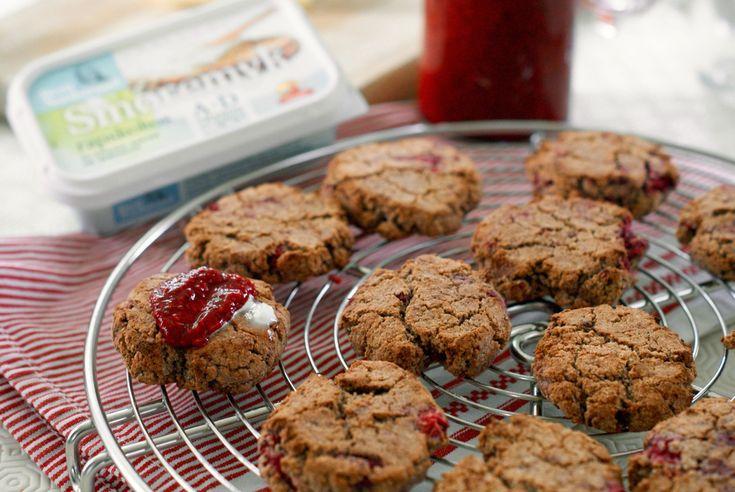 Disse saftige sconesene er både gluten- og melkefrie og smaker helt himmelsk med nyrørte bær til!