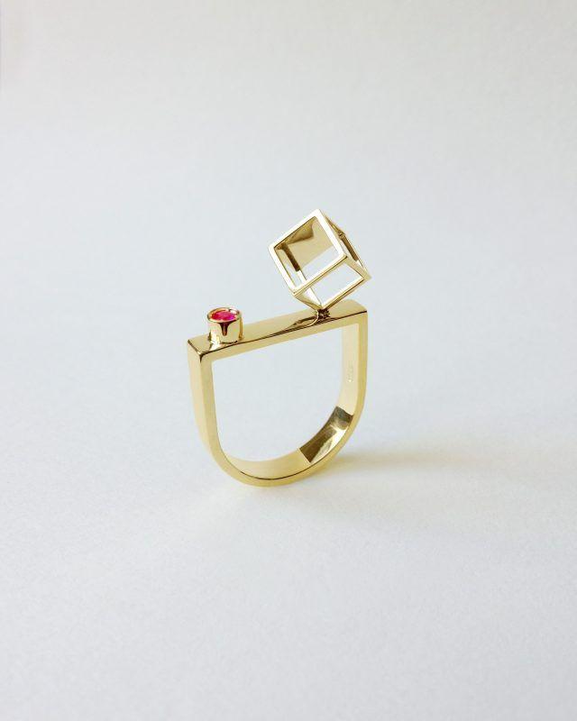 CUBE RING. Geometric Obsession Jewelry Collection #oro #gold #rubies #ruby #anello #architecturaljewelry #finejewelry #ring #rubino #gioielli #jewels #jewel #jewelry SHOP www.danielacoppolino.com