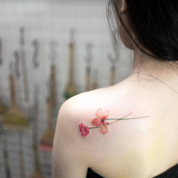 Flower tattoo on the left shoulder blade. Tattoo artist: Hongdam