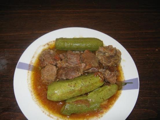 Τρυφερό μοσχαράκι σε κόκκινη σάλτσα. Υγιεινό φαγητό, αφού συνδυάζουμε κρέας με λαχανικά. υλικα Loading... 1 1/2 κιλό μοσχάρι κομμένο σε μικρά κομμάτια 2/3 της κούπας λάδι 1 μεγάλο ξερό κρεμμύδι 3 ώριμες ντομάτες και 1 κ. σ. νροματοπελτέ 1/2 κιλό κολοκυθάκια αλάτι, πιπέρι, λίγο θυμάρι εκτελεση Σε μια κατσαρόλα τσιγαρίζουμε το λάδι με το κρεμμύδι …