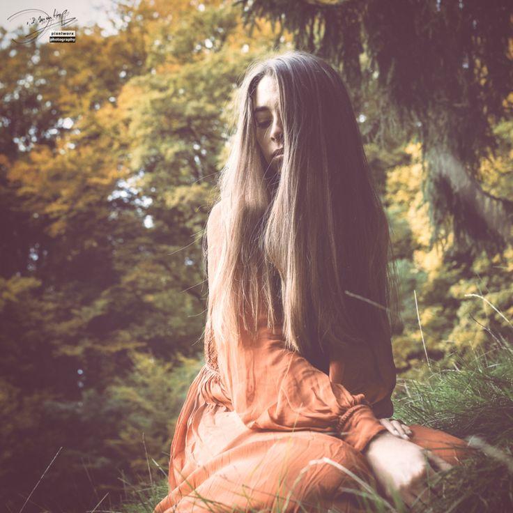 The Immaculate Misconception ~ Melancholie im ² / 2015-10-24 © Pixelworx #STRKNG  Meike,Outdoor,Rot,Wiese,Gras,Porträt,Portrait,Pixelworx,herbst