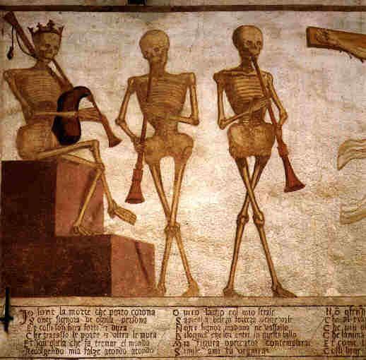 affresco con la Danza Macabra dipinto sulla facciata esterna  della Chiesa di San Vigilio a Pinzolo (Trento) nel 1539, da Simone Baschenis. Dettaglio con la Morte in trono coronata che suona la zampogna