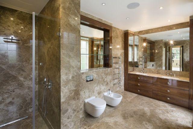 un carrelage mural et de sol aspect marbre beige dans la salle de ...