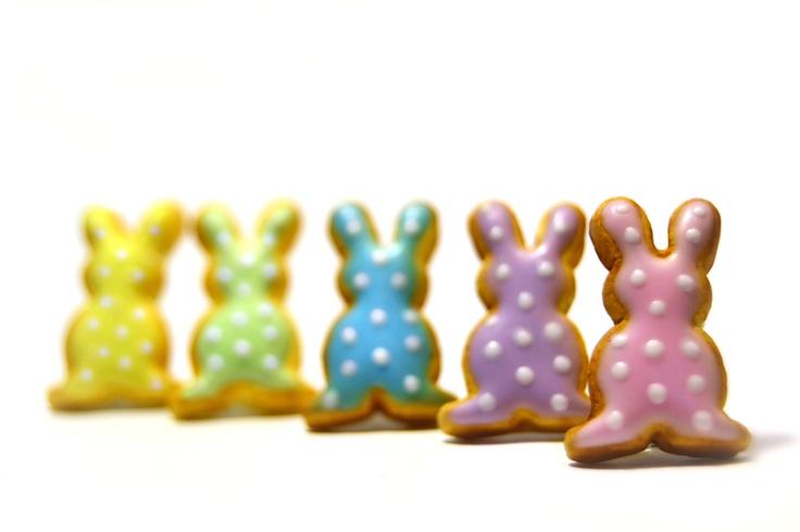 Boucles d'Oreilles  / Puces Miniature de Biscuits au Sucre Lapins de Pâques en Pâte Fimo    J'ai réalisé ces biscuits au sucre en pâte synthétique ...