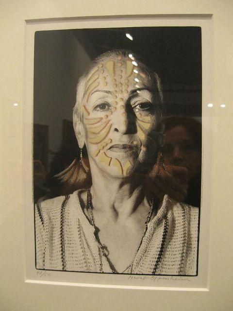 Meret Oppenheim (Berlín, 1913 - Basilea, 1985)  artista y fotógrafa suiza que se encuadró en el movimiento surrealista. En París conoció a Alberto Giacometti y Jean Arp que le invitaron a participar en la exposición surrealista del Salon des surindépendants, donde conoció a André Breton, Max Ernst y Man Ray. Su obra más conocida: «Juego de desayuno de piel», que llegó a ser uno de los objetos más conocidos del surrealismo, se expone en el Museo de Arte Moderno de Nueva York.