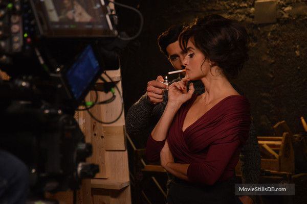 La reina de España - Behind the scenes photo of Penélope Cruz