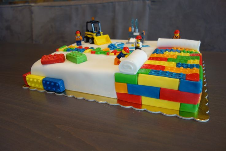 'So fleißig wie diese Lego Bauarbeiter basteln auch unsere Konditorinnen um jede #Torte nach Euren individuellen Wünschen zu gestalten. Kommt uns doch einfach mit Euren Ideen besuchen!' (Cool Cake)