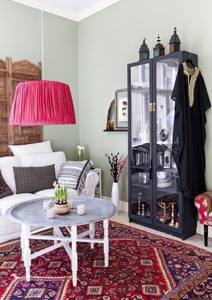 Marokkalaistyylisessä olohuoneessa on vihreät seinät ja punainen itämainen matto. Maroccan style livingroom with green walls and red carpet. | Unelmien Talo&Koti Kuva: Camilla Hynynen Toimittaja: Jaana Tapio
