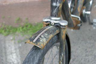 Edelratte Custom Cycles Karlsruhe - Eigens angefertigte Schutzbleche mit Rost und Racingstreifen