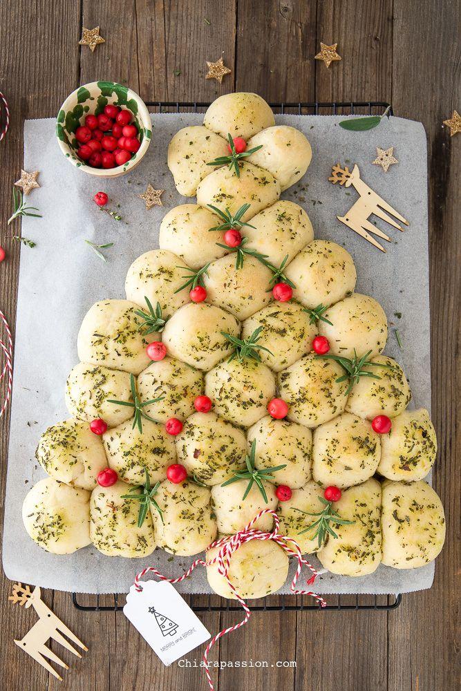 A Natale volete stupire con una ricetta stra buona e dal WOW assicurato? Preparate l'Albero di Natale di panini all'olio e vi assicuro che sarà un successo!!! Tanti panini all'olio morbidissimi e super aromatici grazie al mix di erbe aromatiche che li rende come ciliegie, uno tira l'altro; inoltre