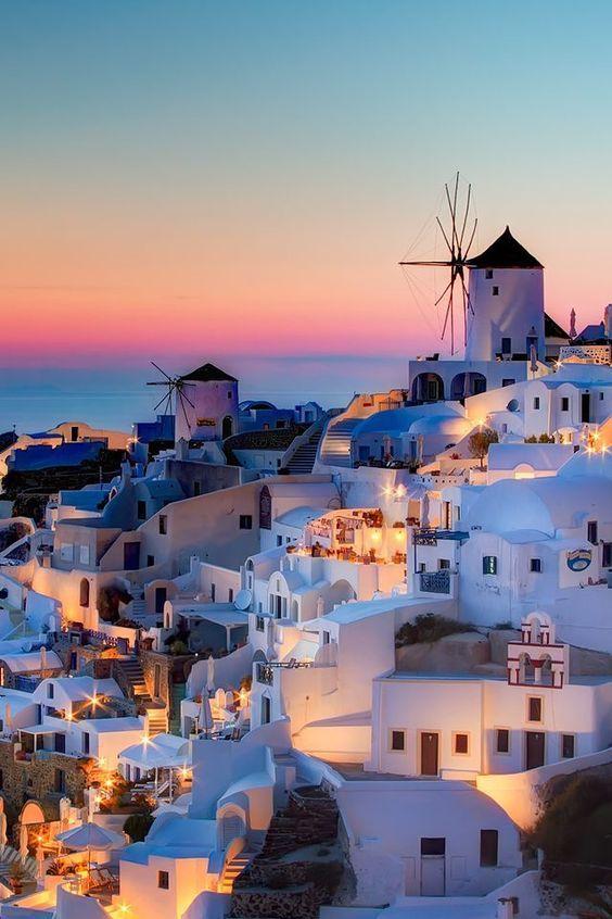 Санторини Греция САНТОРИНИ. По-гречески город-столица называется Фира, но крестоносцы назвали его Санта Ирене, так как они останавливались у часовни, построенной в честь св. Ирины.