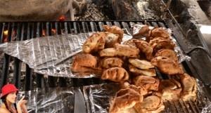 Comer en la Patagonia: una breve introducción a la cocina del sur de Chile .::.  Al hablar de la comida de la Patagonia chilena, la mayoría de la gente en lo primero que piensa es en empanadas y cordero al palo (también conocido como asado). Se trata de comida deliciosa y contundente: justo lo que el cuerpo necesita después de pasar varios días a la intemperie. Asado también se le [...]
